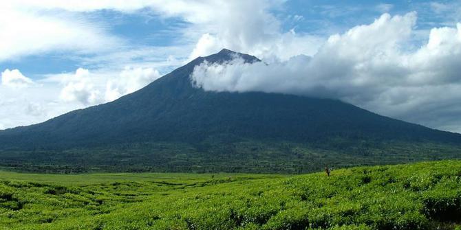 Gunung Yang Dikenal Angker Di Indonesia